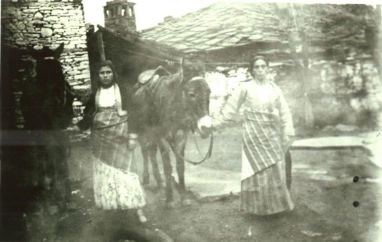 Πόντιες προσφυγοπούλες στην Αισύμη του Έβρου, τη δεκαετία του 1920  (φωτ.: Γραφική Παλιά Αλεξανδρούπολη)