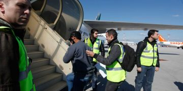 63 αλλοδαποί επιστρέφουν  στη χώρα τους