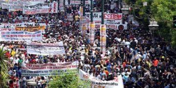 Όλο και αυξάνεται ο όγκος των διαδηλωτών