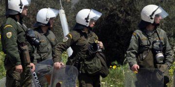 Αστυνομικοί εναντίον ΜΑΤ έξω από το Μαξίμου