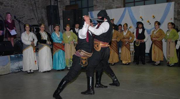 Ο χορός των μαχαιριών που συγκλόνισε στον χορό του Συλλόγου Ποντίων Λαυρίου. Βίντεο