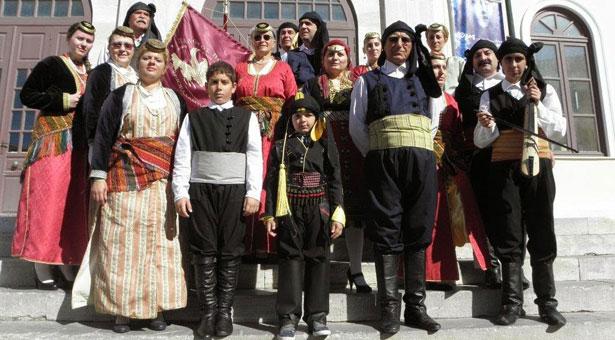 Ο Ελβετός που φόρεσε Ποντιακή στολή και παρήλασε στην Σύρο!