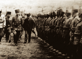 Ο Μουσταφά Κεμάλ επιθεωρεί τα στρατεύματα στη Νικομήδεια, στις 18 Ιουνίου 1922 (πηγή: en.wikipedia.org)