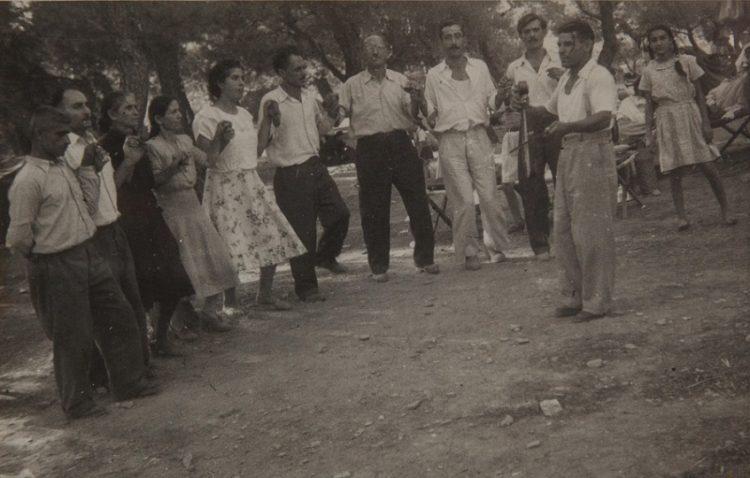 Παρέα Πόντιων προσφύγων από την Καλλιθέα χορεύει υπό τους ήχους της λύρας του Τάκη (Τακίτσον) σε εκδρομή στην Πεντέλη, περ. 1949 (πηγή: Επιτροπή Ποντιακών Μελετών)