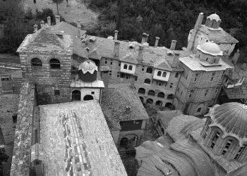 Η ποντιακή λύρα και η σημαία του Πόντου στο μουσείο της Μονής Διονύσιου στο Άγιον Όρος