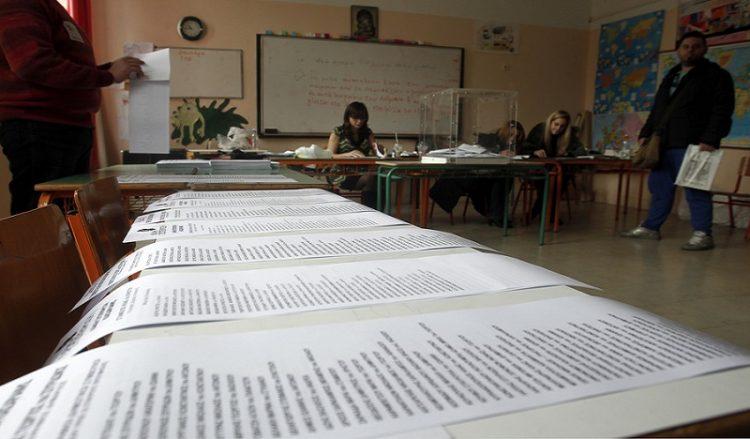 Εικόνα από εκλογικό κέντρο (φωτ. αρχείου: ΑΠΕ-ΜΠΕ / Παντελής Σαΐτας)