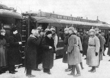 Γερμανοί αξιωματούχοι συναντούν την αντιπροσωπεία της μποσελβικικής Ρωσίας στην πόλη Μπρεστ-Λιτόφσκ της Λευκορωσίας (πηγή: Wikipedia)