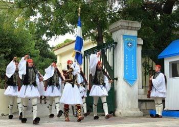 Δύο στολές της Προεδρικής Φρουράς χαρακτηρίστηκαν νεότερα μνημεία