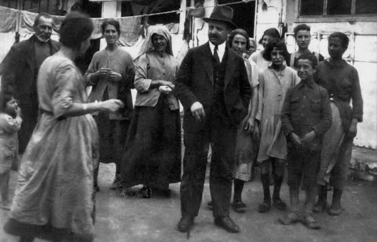 Ο Λεωνίδας Ιασονίδης σε προσφυγικό συνοικισμό, το 1923. Συλλογή Άννας Θεοφυλάκτου (πηγή: Ιστορικό Αρχείο Προσφυγικού Ελληνισμού Δήμου Καλαμαριάς)