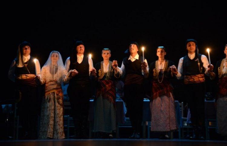 Στιγμιότυπο από παράσταση του Λυκείου Ελληνίδων Βέροιας, το 2013 (φωτ.: Σοφία Ελευθεριάδου)