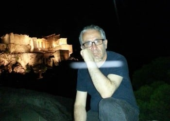 Ο Πόλυς Κυριάκου ταξιδεύει με τον Γρηγόρη Αυξεντίου και τον Γιάννη Ρίτσο σε όλη την Κύπρο και αφυπνίζει συνειδήσεις (βίντεο, φωτο)