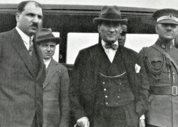 Στα αριστερά ο Μουσταφά Νεκάτι, πρόεδρος του Δικαστηρίου Ανεξαρτησίας της Αμάσειας, και στα δεξιά ο Μουσταφά Κεμάλ (πηγή: malumatfurus.org)