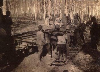 Εργάτες κατασκευάζουν σιδηροδρομική γραμμή στον Εύξεινο Πόντο