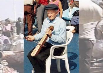 Ο ηλικιωμένος λυράρης Δημήτρης Μαβίδης έπαιζε το θρήνο της Άλωσης την ώρα που το πλοίο περνούσε τα Στενά (εικ.: Χριστίνα Κωνσταντάκη)