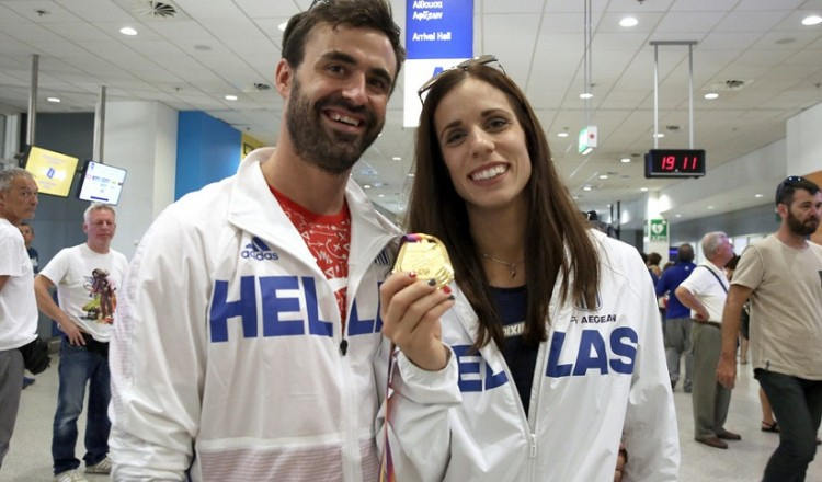 Φιλιά, αγκαλιές και χειροκροτήματα για την παγκόσμια πρωταθλήτρια Κατερίνα Στεφανίδη στην Αθήνα (φωτο)
