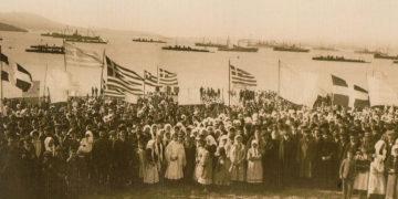 Οι κάτοικοι της Λήμνου γιορτάζουν την απελευθέρωση του νησιού από τον oθωμανικό ζυγό, στην παραλία του Μούδρου (φωτ.: Etienne Labranche, 1912)