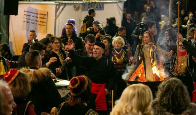 Απόκριες 2019: Το έθιμο των Φανών στην Κοζάνη και οι «Μπουμπούνες» της Καστοριάς
