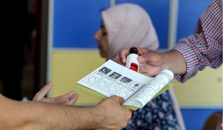 Ψηφίζουν για δήμαρχο στην Κωνσταντινούπολη – Στη γραμμή Οτζαλάν ο Ντεμιρτάς
