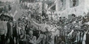 Οι εξεγερμένοι Ικάριοι με τη βαθυγάλανη σημαία τους με τον λευκό σταυρό στη μέση (πηγή: sitalkisking.blogspot.com)
