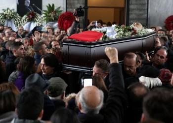 Ράγισαν καρδιές στο τελευταίο αντίο στον Θάνο Μικρούτσικο (βίντεο)