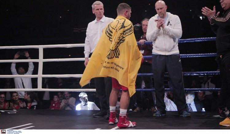 Premium Boxing Event: Με την ποντιακή σημαία πανηγύρισε ο Θεόδωρος Παπάζοφ (φωτο)