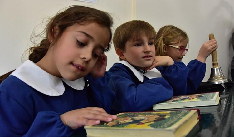 Από τον κανονισμό «μαθητικής περιβολής» του Καποδίστρια στη σχολική ποδιά των νεότερων χρόνων – Γιατί επιβλήθηκε και πώς καταργήθηκε