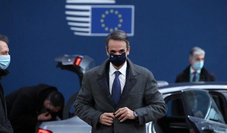 Ο Κυριάκος Μητσοτάκης τη στιγμή της άφιξής του στο χώρο όπου γίνεται η Σύνοδος Κορυφής στις Βρυξέλλες (φωτ.: EPA / Yves Herman / Pool)