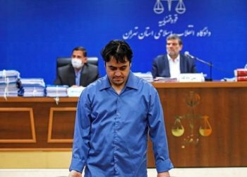 O δημοσιογράφος Ρουχολάχ Ζαμ ενώπιον του Ανώτατου Δικαστηρίου του Ιράν