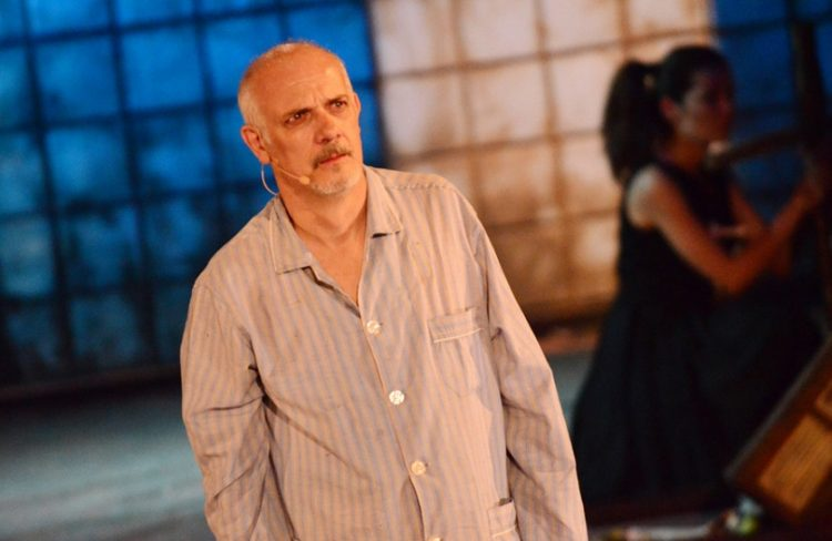 Σκηνή από την πικρή κωμωδία «Δον Ζουάν. Η επιστροφή» του Έντεν φον Χόρβατ, σε σκηνοθεσία του Γιώργου Κιμούλη, τον Ιούλιο του 2012, στο Αρχαίο Θέατρο Άργους (φωτ.: ΑΠΕ-ΜΠΕ / Ευάγγελος Μπουγιώτης)