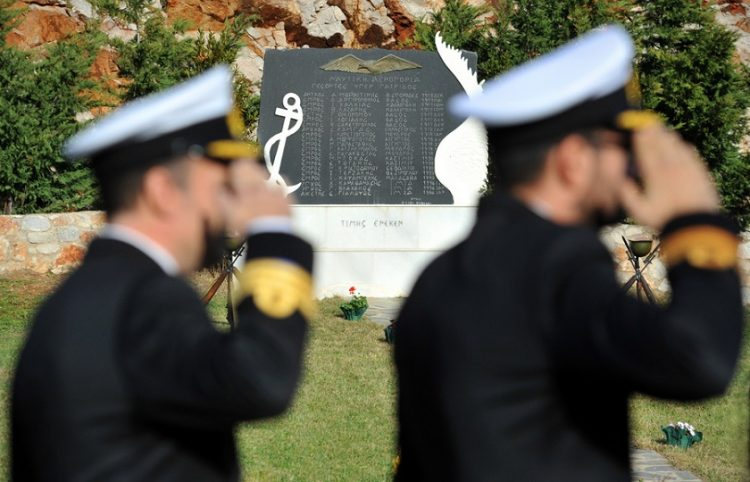 Στιγμιότυπο από την επιμνημόσυνη δέηση για τους τρεις αξιωματικούς που σκοτώθηκαν στα Ίμια, στη Διοίκηση Ελικοπτέρων Ναυτικού στο Κοτρώνι Μαραθώνα (φωτ.: ΥΠΕΘΑ)