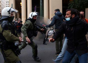 Ένταση μεταξύ δυνάμεων των ΜΑΤ και διαδηλωτών στη συγκέντρωση αλληλεγγύης στον Δημήτρη Κουφοντίνα, στα Προπύλαια στο κέντρο της Αθήνας (φωτ.: ΑΠΕ-ΜΠΕ / Ορέστης Παναγιώτου)