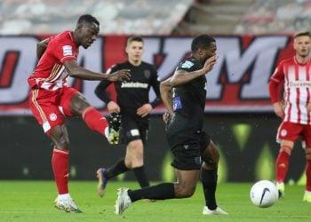 Παίκτης του Ολυμπιακού μάχεται για την μπάλα με παίκτη του ΠΑΟΚ κατά τη διάρκεια αγώνα ποδοσφαίρου για την 19η αγωνιστική του πρωταθλήματος της Super League στο στάδιο «Γ. Καραϊσκάκης» (φωτ.: ΑΠΕ-ΜΠΕ / Παναγιώτης Μοσχανδρέου)