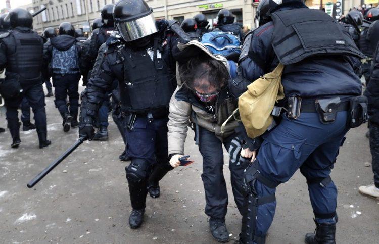 Ρώσοι αστυνομικοί συλλαμβάνουν έναν διαδηλωτή κατά τη διάρκεια της συγκέντρωσης που έγινε χωρίς την άδεια των Αρχών (φωτ.: EPA / Anatoly Maltsev)