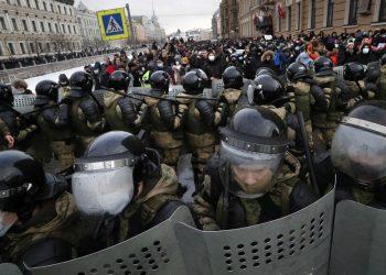 Άνδρες των ρωσικών ΜΑΤ αναπτύχθηκαν έναντι των υποστηρικτών του αρχηγού της αντιπολίτευσης, δικηγόρου Αλεξέι Ναβάλνι, στην Αγία Πετρούπολη, στη Ρωσία (φωτ.: EPA / Anatoly Maltsev)