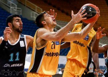 Ο Κερέμ Καντέρ του Κολοσσού μάχεται για τη μπάλα με τον Δημήτρη Μωραΐτη της ΑΕΚ, στο πλαίσιο της 10ης αγωνιστικής της Basket League, στο ΟΑΚΑ (φωτ.: ΑΠΕ-ΜΠΕ / Γεωργία Παναγοπούλου)