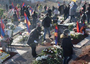 Αρμένιοι στο στρατιωτικό νεκροταφείο «Γεραμπλούρ» όπου ενταφιάζονται στρατιώτες που έπεσαν στον πόλεμο του Αρτσάχ (Ναγκόρνο Καραμπάχ) (φωτ.: EPA/VAHRAM BAGHDASARYAN / PHOTOLURE)