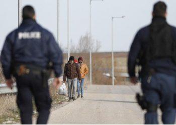 Έλληνες αστυνομικοί εν ώρα υπηρεσίας στον Έβρο (φωτ.: ΑΠΕ-ΜΠΕ / Δημήτρης Τοσίδης)