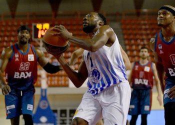 Ο παίκτης της Λάρισας Ken Brown μαρκάρεται από τον παίκτη του Μεσολογγίου Eugene Lawrence, στο κλειστό γυμναστήριο Νεάπολης (φωτ.: ΑΠΕ-ΜΠΕ / Αποστόλης Ντόμαλης)