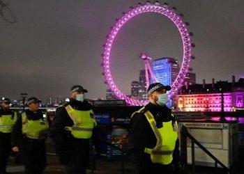 Αστυνομικοί περιπολούν την Παραμονή Πρωτοχρονιάς στο Λονδίνο, στη Βρετανία (φωτ.: EPA/ANDY RAIN)