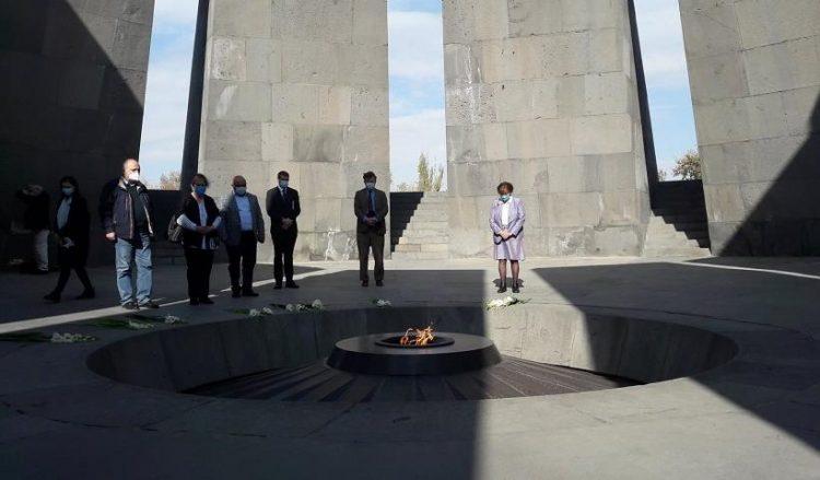 Στιγμιότυπο από την επίσκεψη της βαρόνης Κοξ στο Τσιτσερνακαμπέρτ τον περασμένο μήνα (φωτ.: en.armradio.am)