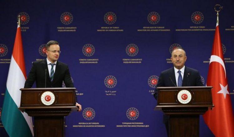 Μεβλούτ Τσαβούσογλου και Πέτερ Σιγιάρτο κατά τη συνέντευξη Τύπου στην Άγκυρα (φωτ.: Twitter / Mevlüt Çavuşoğlu)