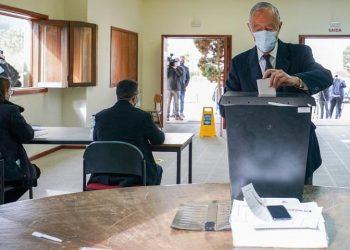 Ο Μαρσέλο Ρεμπέλο ντε Σόουζα ρίχνει την ψήφο του (φωτ.: EPA / Hugo Delgado)