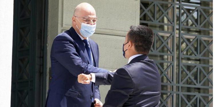 Ο υπουργός Εξωτερικών Νίκος Δένδιας υποδέχεται τον Ιταλό ομόλογό του Λουίτζι ντι Μάιο στο υπουργείο Εξωτερικών (φωτ.: Γρ. Τύπου ΥΠΕΞ / Χάρης Ακριβιάδης)