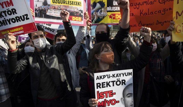 Εικόνα από τη συγκέντρωση διαμαρτυρίας των φοιτητών του πανεπιστημίου του Βοσπόρου (φωτ.: EPA / Tolga Bozoglu)
