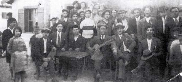 Ο Γιώργος Κάβουρας με το βιολί, στο πλάι του αριστερά πάνω στην καρέκλα ο Γιάννης Αγορόπουλος ή Χατζής (Δραπετσώνα περ. 1930)