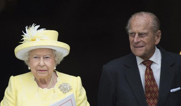 Ο πρίγκιπας Φίλιππος και η βασίλισσα Ελισάβετ, στις αρχές Ιανουαρίου μετά τον εμβολιασμό τους (φωτ. αρχείου: EPA / Facundo Arrizabalaga)