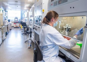 Εικόνα από τις δοκιμές εμβολίου στα εργαστήρια του πανεπιστημίου της Οξφόρδης (φωτ. αρχείου: EPA / Oxford University / John Cairns)