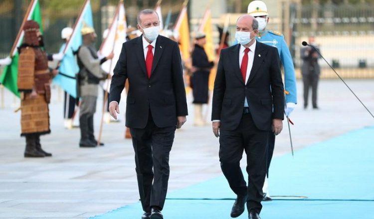 Ο Ταγίπ Ερντογάν (Α) με τον Ερσίν Τατάρ στην Άγκυρα (φωτ.: EPA / Turkish President Office)