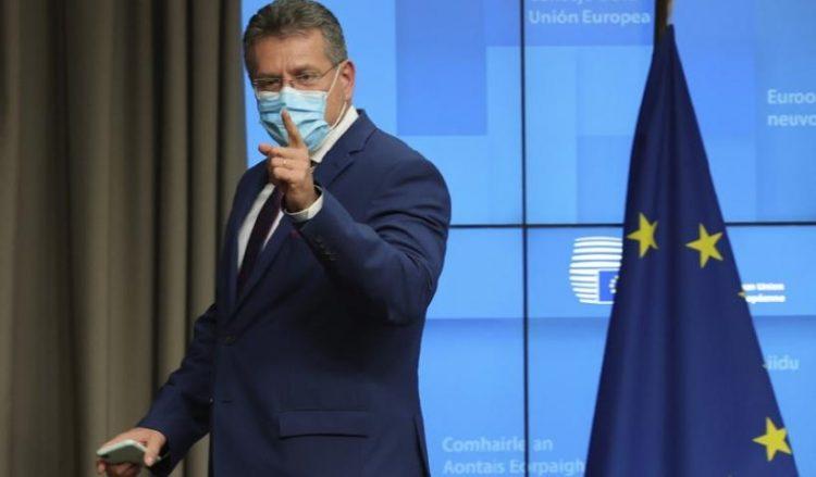 Ο αντιπρόεδρος της Κομισιόν Μάρος Σέφκοβιτς σε συνέντευξη Τύπου στις Βρυξέλλες, μετά την άτυπη τηλεδιάσκεψη των ΥΠΕΞ της ΕΕ (φωτ.: EPA / Olivier Matthys / Pool)
