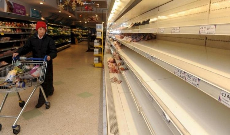 Άδεια ράφια σουπερμάρκετ στο Δουβλίνο (φωτ. αρχείου: EPA/AIDAN CRAWLEY)